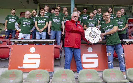 Übergabe der Meisterschale an den VfB Lübeck